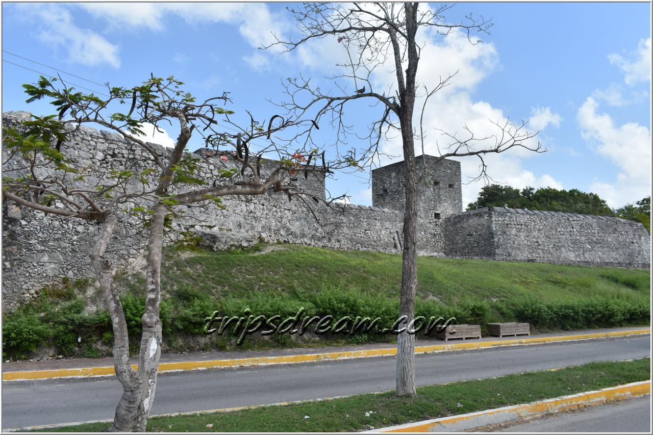 Вид на Форт Сен-Фелипе в городе Бакалар со стороны моря