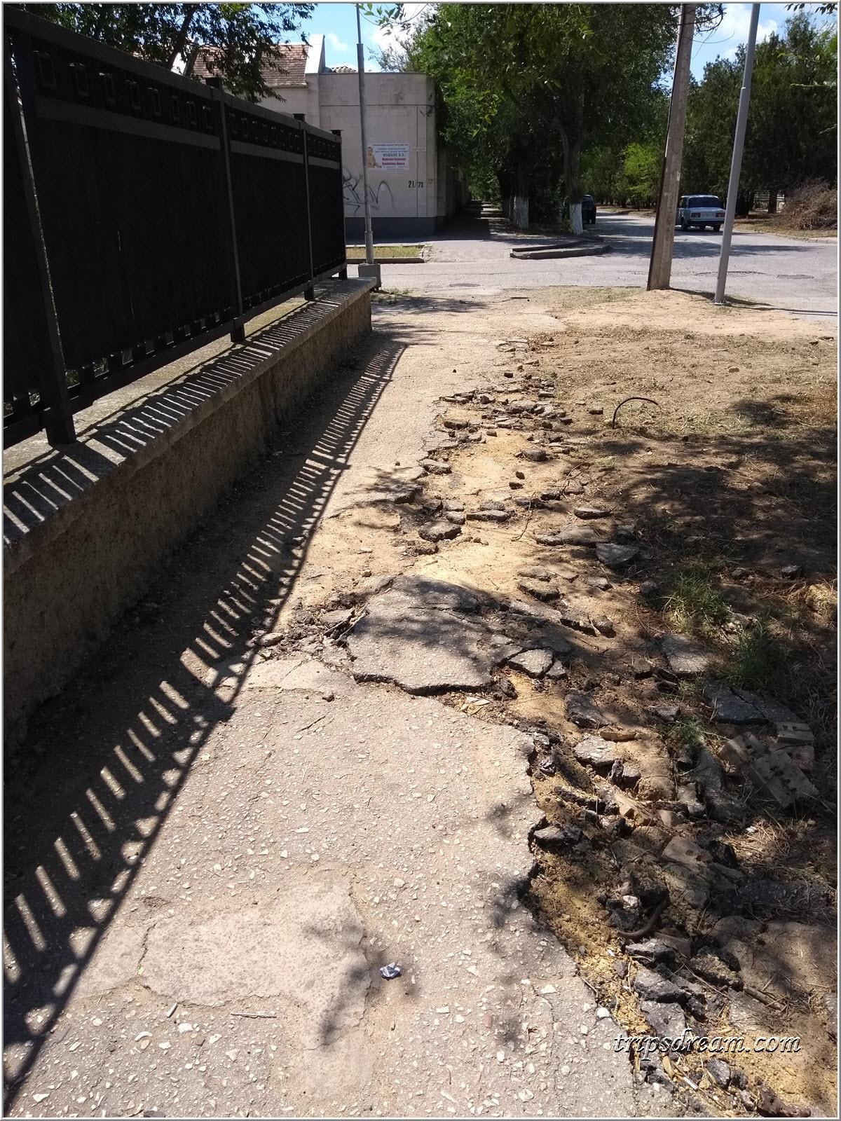 Разбитый тротуар на улице Фрунзе в Евпатории