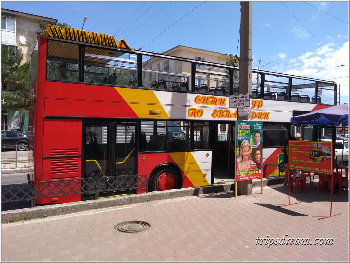 Двухэтажный экскурсионный автобус в Евпатории