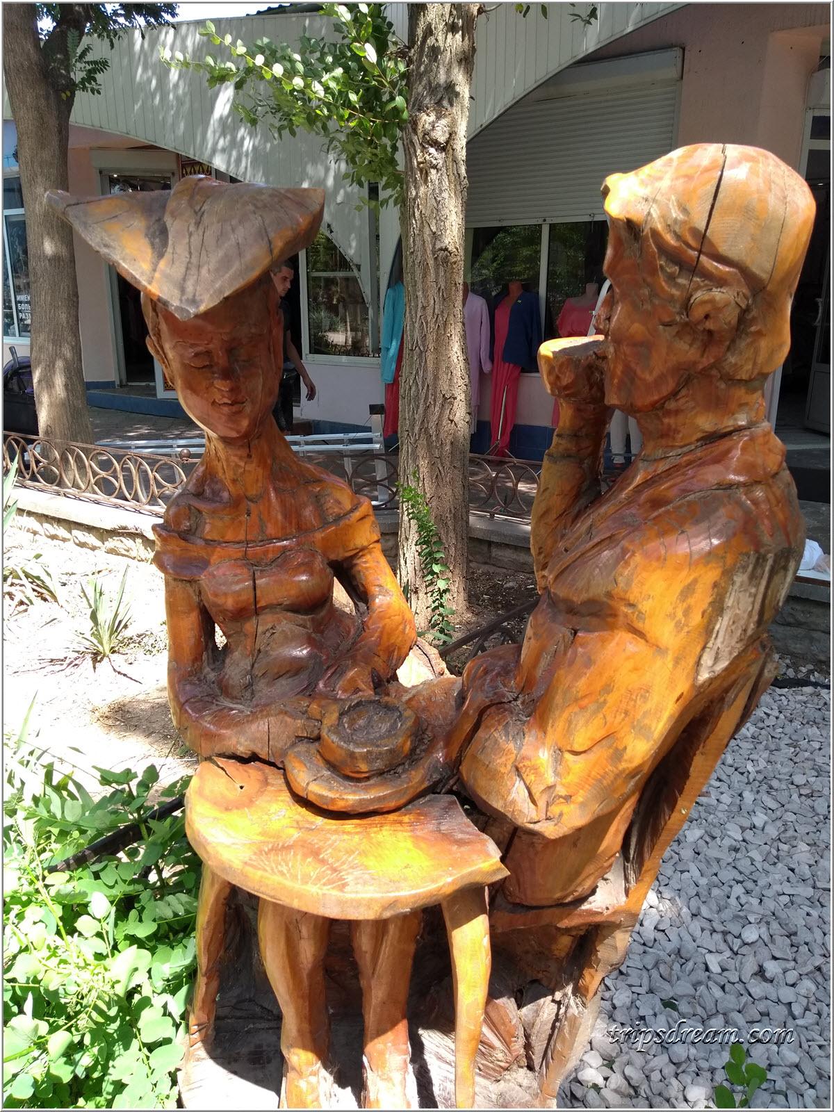 Деревянная скульптура пары, пьющей чай в Евпатории