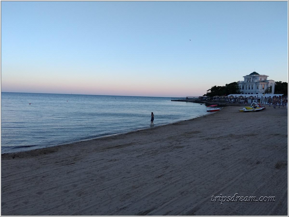 Пляж  Евпатории вечером