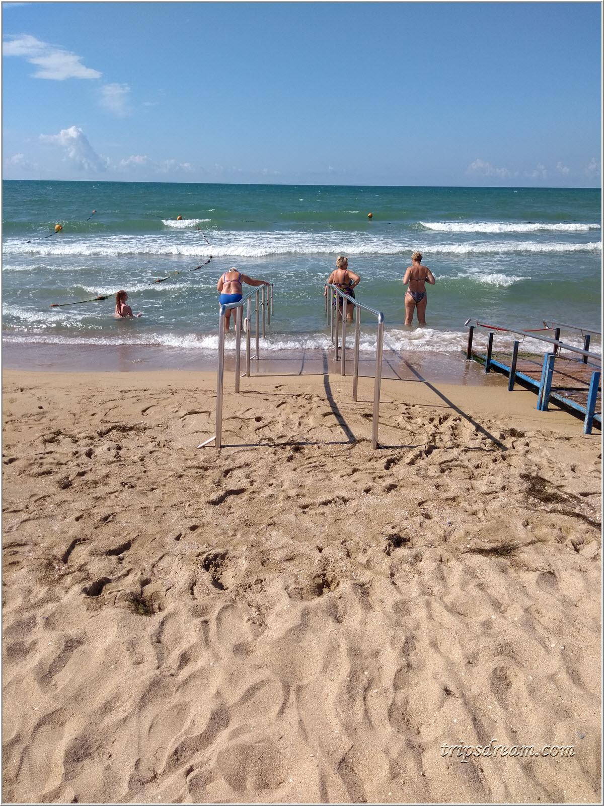 Поручни для входа в море на пляже в Евпатории