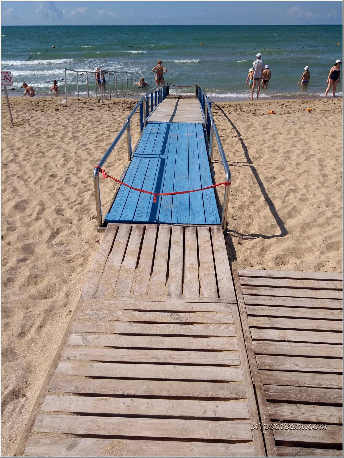 Пандус для колясочников на пляже в Евпатории