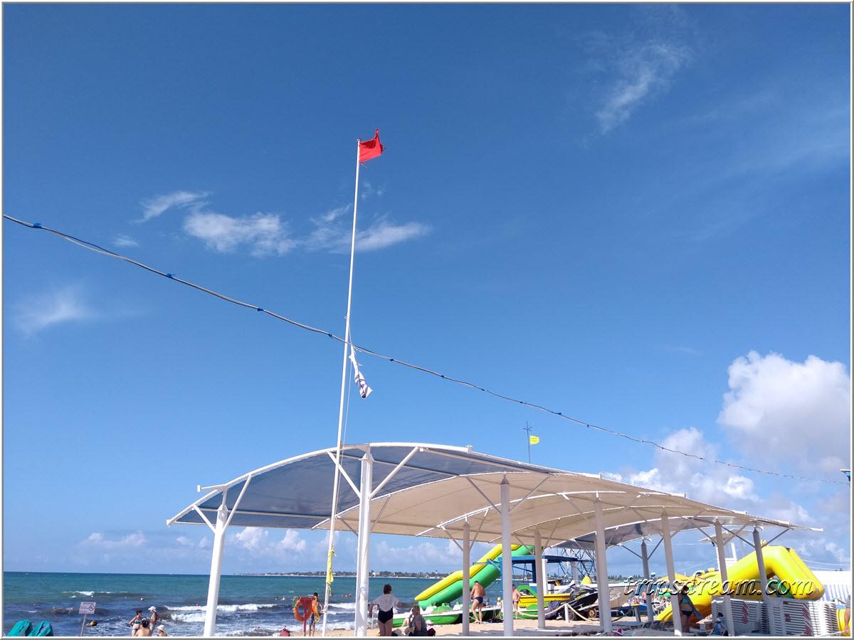 Флаги на пляже в Евпатории