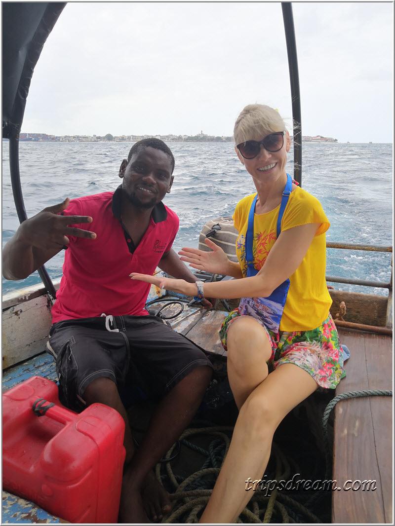 Капитан нашей лодки. Мы плывём на Призон Айленд